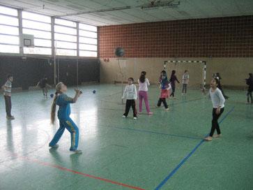 Volleyball ist im Sportunterricht angekommen: Schülerinnen und Schüler üben fleißig