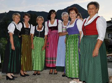 Von links: Maria Naschberger, Nina Münch, Irmgard Rendl, Katharina Hechenberger, Maresi Margreiter, Hanni Vorhofer, Hilda Moser, Im Hintergrund: Gabi Fürst