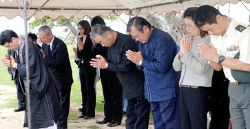 伊舍堂中佐ら特攻隊員の慰霊祭で顕彰碑に手を合わせる参列者(26日午後)