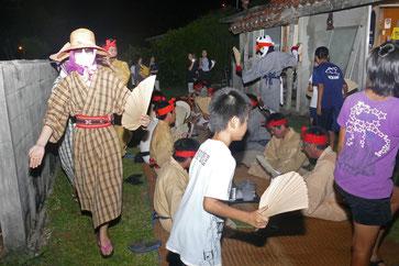 夜を徹し、歌や踊りで先祖供養と現世の健康祈願が行われた=18日午前、小浜島