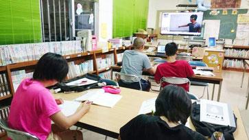 真剣な表情で現役東大生の授業に聞き入る生徒たち=6日夜、竹富小中学校図書室