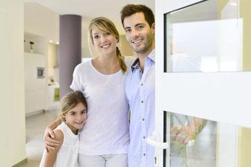 Vermieterfamilie heißt Messegäste in Ihrem Apartment willkommen.