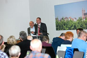Der Vorsitzende  Hans-Joachim Lock (rechts) und Wilfreid Eich vom Vorstand beantworten Fragen auf der gut besuchten Jahreshauptversammlung im Wormser.