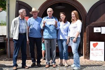Außerdem wurde stolz ein Spendenscheck über 250 Euro an das Heimatmuseum überreicht.