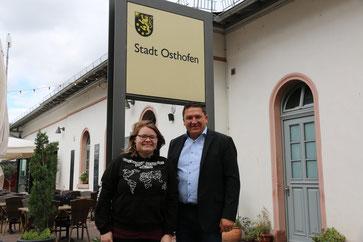 Tara Kanita Hassemer und SPD-Bundestagsabgeordnete Marcus Held am Bahnhof in Osthofen.