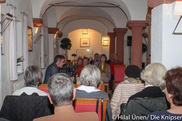 """In der Kuhkapelle des Landhotels """"Zum Schwanen"""" konnten die Besucher in die Geschichten der Kurzkrimis von drei verschiedenen Autoren eintauchen."""