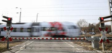 1,8 Millionen Euro sollen in den Ausbau des Bahnübergangs gesteckt werden. Der kann aber erst im Jahr 2024 beginnen.