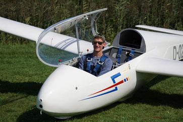 """Maurice Görke überglücklich nach dem 1. Alleinflug im doppelsitzigen Schulungssegler """"ASK13"""". (Foto: LSVO)"""