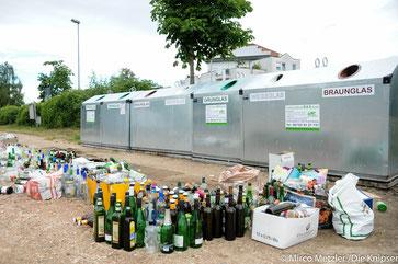 Überfüllte Glascontainer am Festplatz in Osthofen.