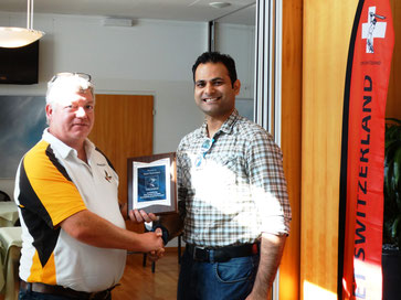 Alexander Mackay (l) presents a Services to Cricket award to Rajan Thambehalli (r)