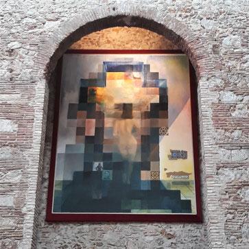 Обнаженная Гала, смотрящая на море, которая на расстоянии 18 метров трансформируется в портрет Авраама Линкольна
