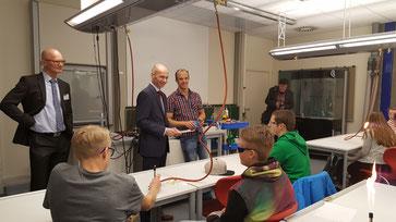 Landrat Elmar Stegmann besichtigt den Chemiesaal an der Realschule Lindenberg
