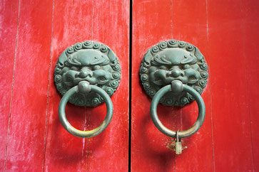 Chinesische Glückssymbole als Türgriffe