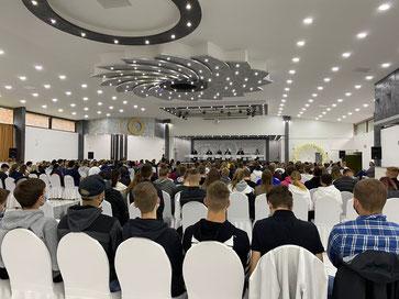 Ausnahmsweise keine Hochzeit: Schüler der BBS Buxtehude folgend der Diskussion der Direktkandidaten für den Bundestag in der Buxtehuder Festhalle. Foto: SJR
