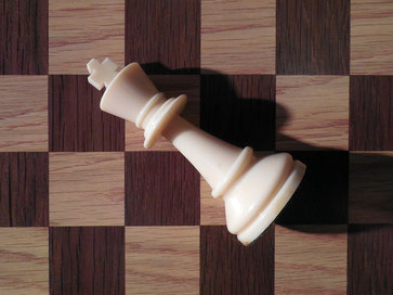 Schachfigur umgestoßen