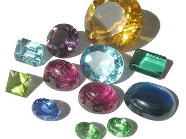Edelsteine in unterschiedlichen Schliffen und Größen