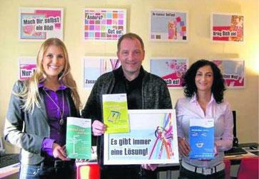 Zum Vergrößern bitte anklicken! Das Team des Jugendzentrums, Karoline Kluger (von links), Ludger Bietmann und Giulia Miraglia, stellen das neue Programm vor. / Foto: Best