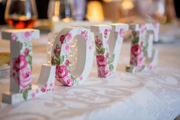 Die Buchstaben LOVE im Rosendekor (Quelle: Pexels)