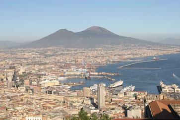 Blick vom Castel Sant'Elmo auf Neapel, den Hafen und den Vesuv