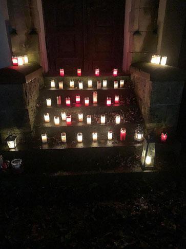 Kerzen der Lichterkette auf Stufen zum Seiteneingang der Kirche