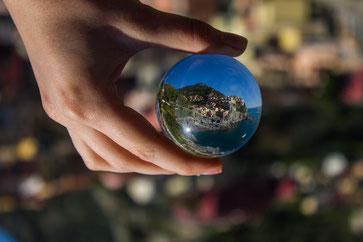 Eine solche Glaskugel ermöglicht geniale Fotoaufnahmen(Foto:Monlaw/Pixabay)
