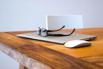 Der richtige Schreibtisch schont Rücken und Gelenke(Foto:Free-Photos/Pixabay)