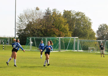 Die Damen des TV Hohenklingen konnten am Sonntag in Veitsbronn leider kein Spiel gewinnen und belegten am Ende in der Finalrunde Platz vier. Hier Selin Dönmez, Marina Stelzenmüller und Benita Höckele (v.l.n.r.) in Aktion