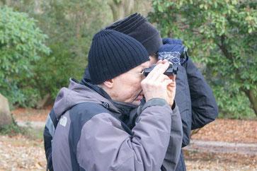 Mit Ferngläsern lassen sich die Vögel bei der Zählung besonders gut beobachten. Foto: René Sievert