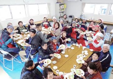 震災1年後の「健康・栄養セミナー」の様子。一緒につくった料理を手に笑顔の皆さん