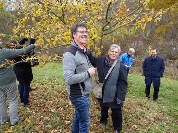 Hermann Bürgin und Ellen Kalkbrenner vorm Mispelbaum