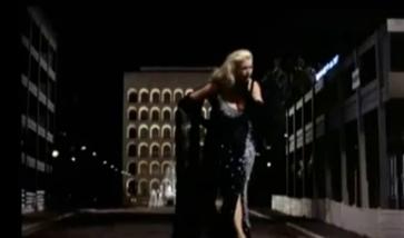 Anita Ekberg recita sullo sfondo del Colosseo Quadrato