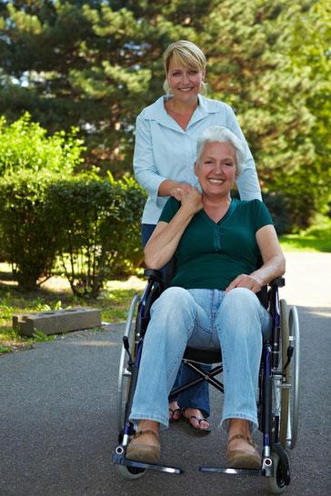 Im Pflegefall bleibt die Nähe zu Freunden erhalten (© Robert Kneschke - Fotolia.com)