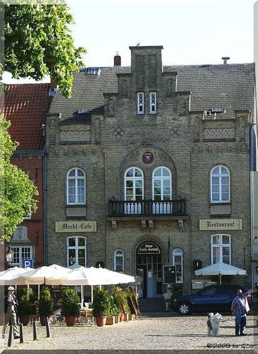 Das Alte Amts-Gericht (erb. 1854) an der Südseite des Marktes