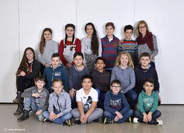 Die Klasse 4b mit ihrer Klassenlehrerin Frau Kovarna.