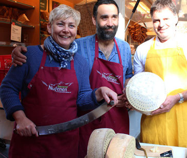 Senner aus der hochalpinen Schweiz am Kollwitzmarkt. Foto: Helga Karl