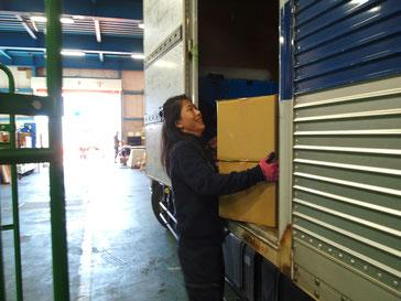 倉庫内での荷物の積み下ろし作業