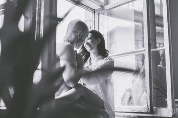 Photo bw noir et blanc boudoir glamour sexy couple hétérosexuel homme torse nu femme chemise blanche fenêtre Montréal photographe Marie Deschene Laval