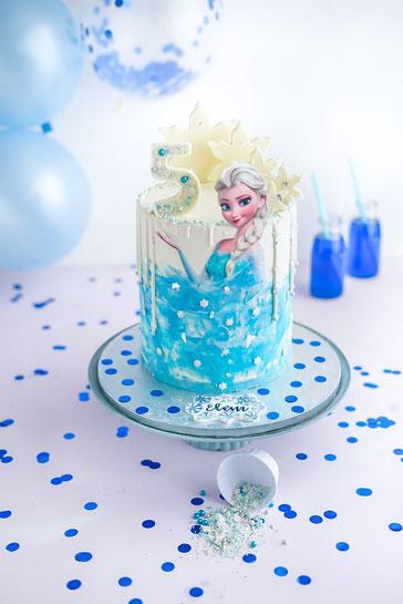 Elsa Geburtstagstorte mit Schokoladen - Drip und DIY Schokoladen - Deko