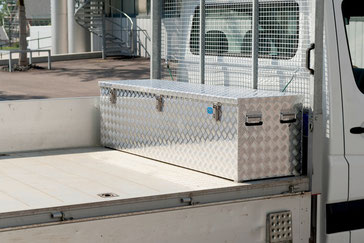 Alu-Riffelblechbox auf Fahrzeug