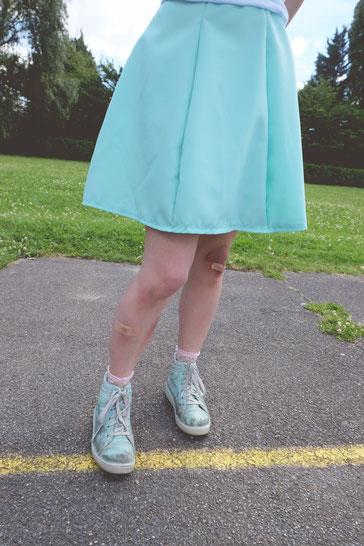 Jupe pétale menthe, maquillage ecchymose bleu blessure genoux