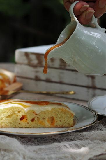 Marillensauce der auf Marillenkuchen träufelt