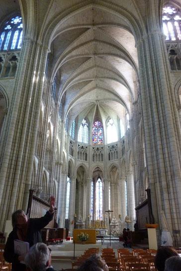 La nef remarquablement haute et lumineuse