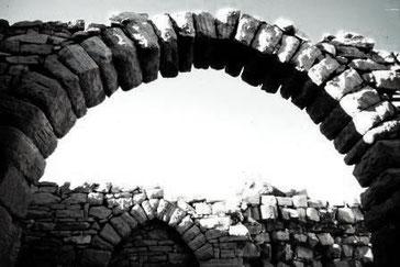 Vertrauen heißt, sich darauf verlassen zu können, dass etwas von Dauer ist. Torbogen in der Wüste Jemens © Michael Fitzek