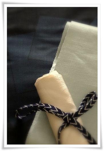 旅行に快適な一揃い。黒地に色紙柄の大島紬のきものに、ペパーミントグリーンの無地の結城紬の帯。