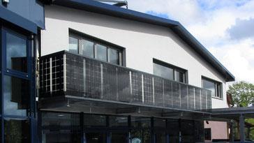 Balkongeländer mit Solarglas
