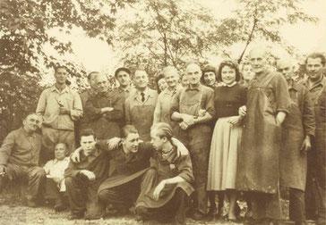 Групповое фото трудового коллектива, насчитывающего 20 рабочих, 1957 г.