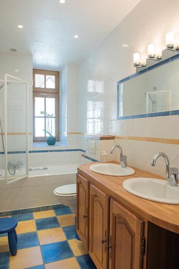 Domaine de Vielcastel, votre location saisonnière pour vos vacances en famille avec salle de bain lumineuse