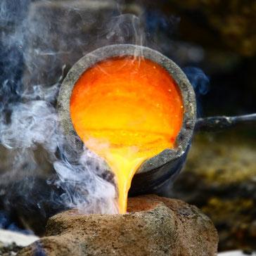 Geschmolzener Stahl der in eine Form gegossen wird.