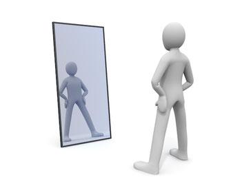 鏡を見つめる