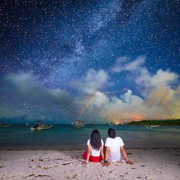 星空フォトツアー中に現れた石垣島の月虹の写真。八重山毎日新聞。